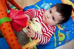 演奏玩具的男婴 图库摄影