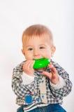 演奏玩具的男婴 免版税库存照片