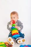 演奏玩具的男婴 免版税库存图片