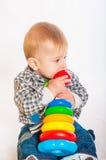 演奏玩具的男婴 库存图片