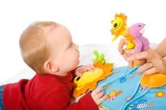演奏玩具的男婴 免版税图库摄影