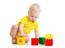 演奏玩具的逗人喜爱的小孩 免版税库存照片