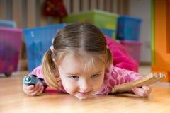 演奏玩具的婴孩 免版税库存图片