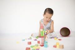 演奏玩具砖的男孩 库存图片