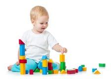 演奏玩具立方体的儿童女孩隔绝在白色 免版税库存图片