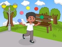 演奏玩杂耍和跑在公园动画片的男孩 免版税库存照片