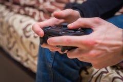 演奏球员藏品爱好嬉戏的享受视图概念的赌博比赛戏剧电视乐趣游戏玩家gamepad人控制器录影控制台- 库存图片