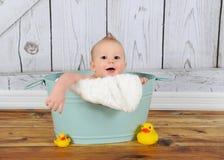 演奏甜洗衣盆的男婴 免版税库存照片