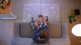 演奏电子游戏电视的年轻便服男性特写镜头顶面射击使用出故障平实开会的比赛控制台 股票视频