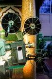 演奏电影的老减速火箭的放映机 免版税库存照片