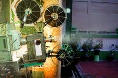 演奏电影的老减速火箭的放映机 库存照片