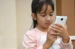 演奏电话的孩子 库存图片