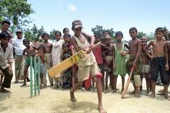 演奏男孩,孟加拉国的孟加拉国的蟋蟀 库存照片