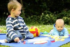 演奏白色的漂亮的孩子公园 免版税图库摄影