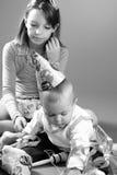 演奏白色的男婴女孩 免版税库存图片