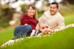 演奏种族的婴孩混杂的父项公园 免版税库存照片