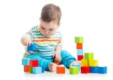 演奏积木玩具的婴孩 免版税库存照片