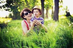 演奏絮球的母亲和孩子五颜六色的照片  库存图片