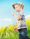 演奏絮球的年轻快乐的男孩 免版税库存照片