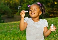 演奏纵向年轻人的非洲裔美国人的女孩 免版税库存图片