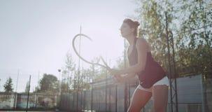 演奏网球专家的Sportiv妇女,在网球场,慢动作 4K 股票录像