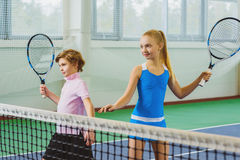 演奏网球和摆在的孩子室内 免版税图库摄影