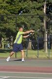 演奏网球垂直的现场人 免版税库存照片