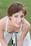 演奏网球妇女年轻人的特写镜头 免版税库存图片