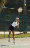 演奏网球妇女 免版税库存图片