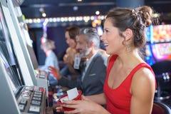 演奏老虎机的妇女在excalibur旅馆和赌博娱乐场里 免版税库存照片