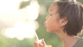 演奏肥皂泡的无牙的小女孩 影视素材