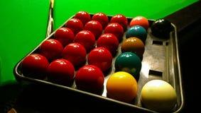 演奏落袋撞球的小组色的球 免版税库存照片