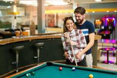 演奏落袋撞球的愉快的夫妇 库存图片