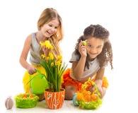 演奏蓬松鸡玩具的两个小女孩 库存照片