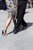 演奏街道探戈的舞蹈演员 库存图片