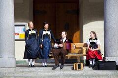 演奏街道瑞士zermatt的范围音乐家 库存照片