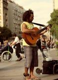 演奏街道的吉他音乐家 库存图片