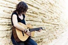 演奏街道的艺术家吉他 免版税图库摄影