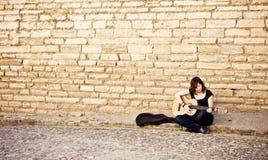 演奏街道的艺术家吉他 库存照片