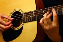 演奏西班牙语的经典吉他 库存图片
