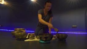 演奏西藏唱歌碗的妇女在凝思屋子 股票视频