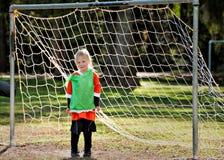 演奏足球年轻人的女孩目标 免版税库存图片