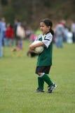 演奏足球年轻人的女孩 库存图片