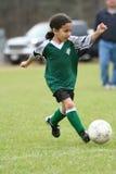 演奏足球年轻人的女孩 免版税库存图片