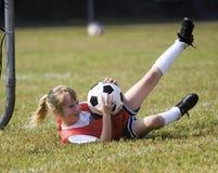 演奏足球年轻人的女孩 免版税图库摄影