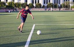 演奏足球年轻人的人 免版税库存照片
