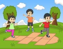 演奏跳房子的孩子在公园动画片 免版税库存照片