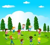演奏跳房子的愉快的孩子在公园 库存照片