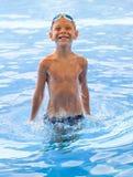 在水中演奏男孩 免版税图库摄影