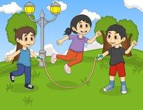 演奏跳绳的小孩在公园动画片 免版税图库摄影
